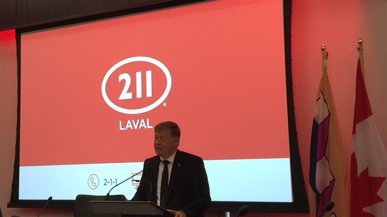 Le maire de Laval, Marc Demers, présente le nouveau service 211.