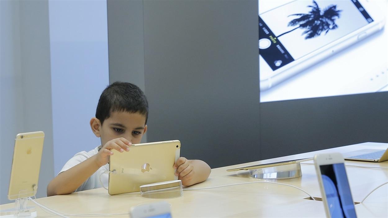 Un enfant sur un iPad