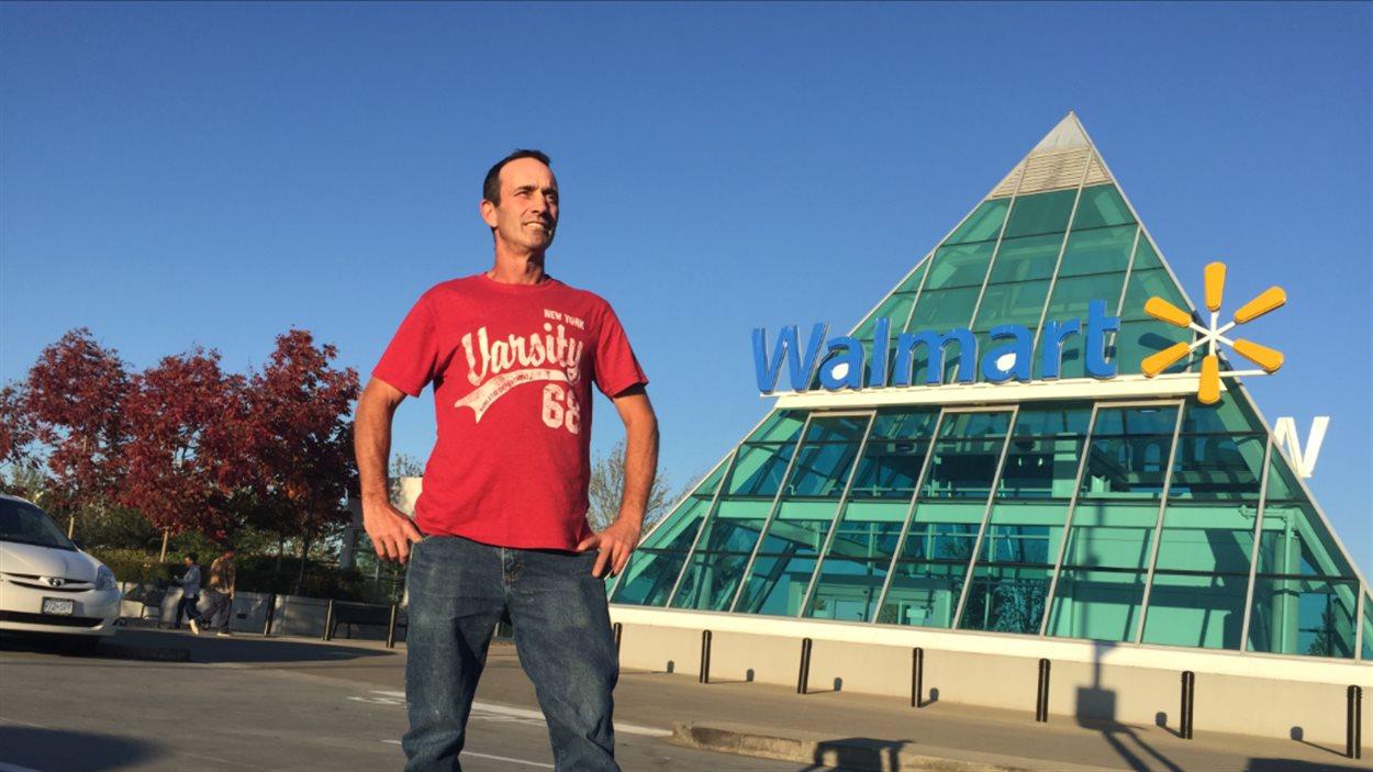 Daniel Schoeler dit que Walmart jette des quantités importantes de nourriture et qu'elle est responsable de gaspillage alimentaire.