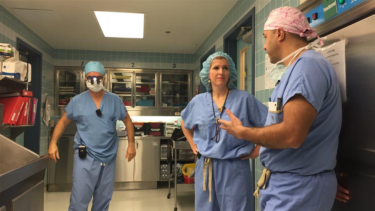 Les chirurgiens oncologues et plasticiens du CHUM se coordonnent pour faire la mastectomie et la reconstruction du sein le même jour. Les deux équipes se succèdent au bloc opératoire.