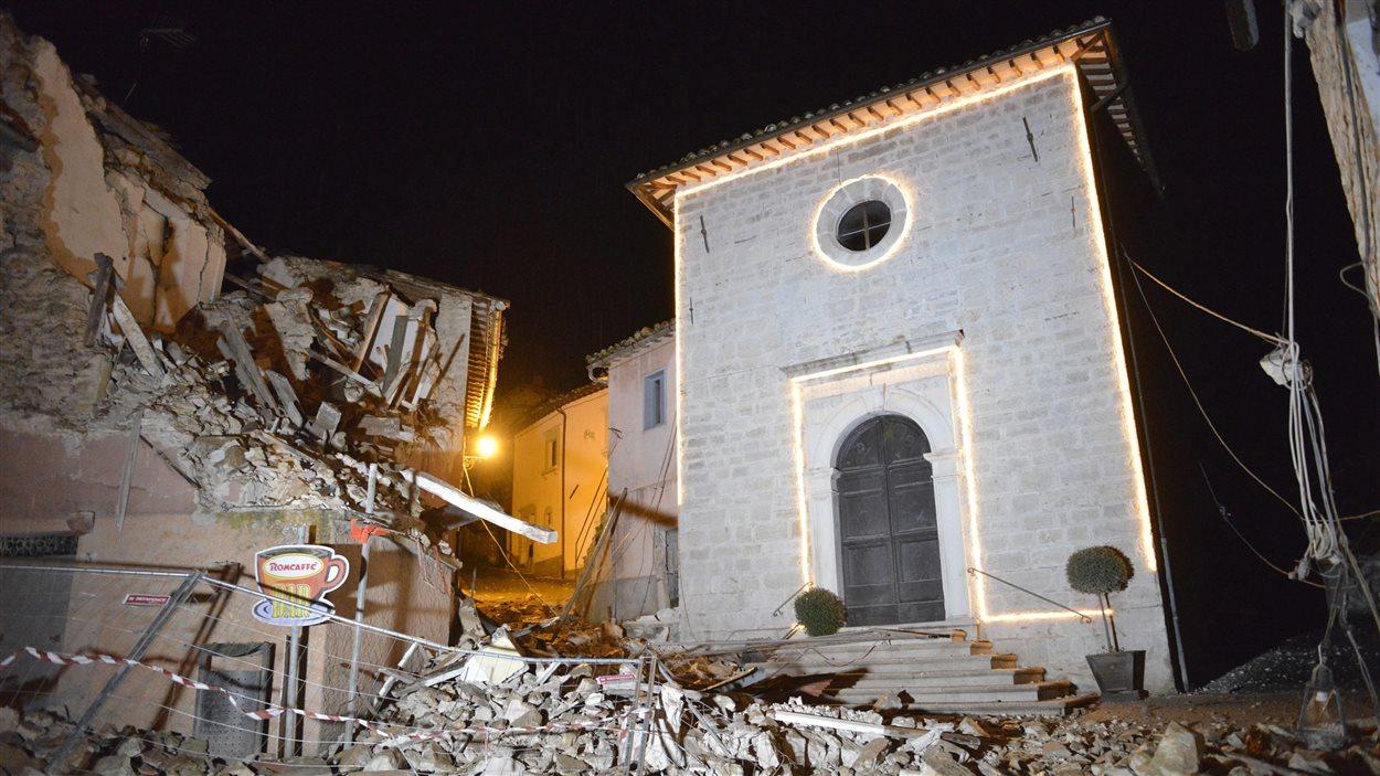 L'église de San Sebastiano au milieu de maisons endommagées par un tremblement de terre à Castelsantangelo sul Nera en Italie, le 26 octobre 2016