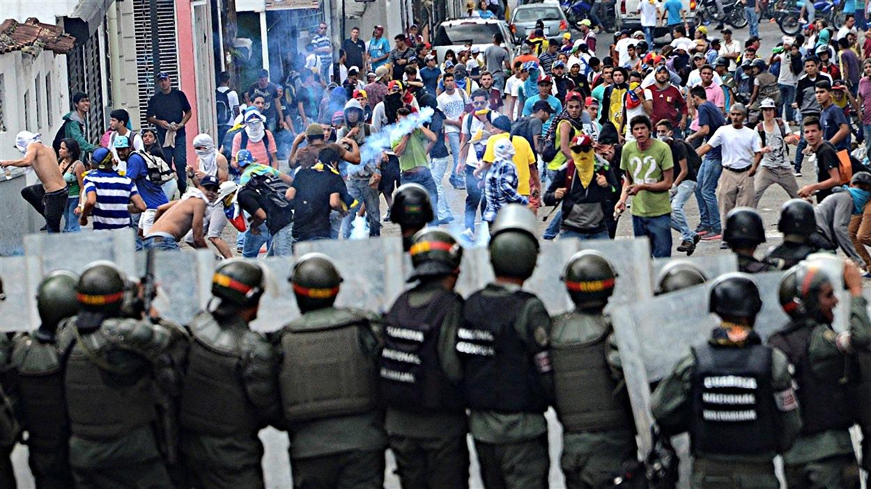 Des affrontements entre des manifestants et des policiers à San Cristobal