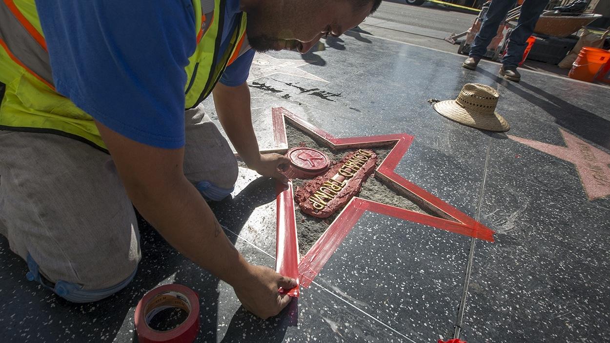 Un ouvrier répare l'étoile de Donald Trump à Hollywood
