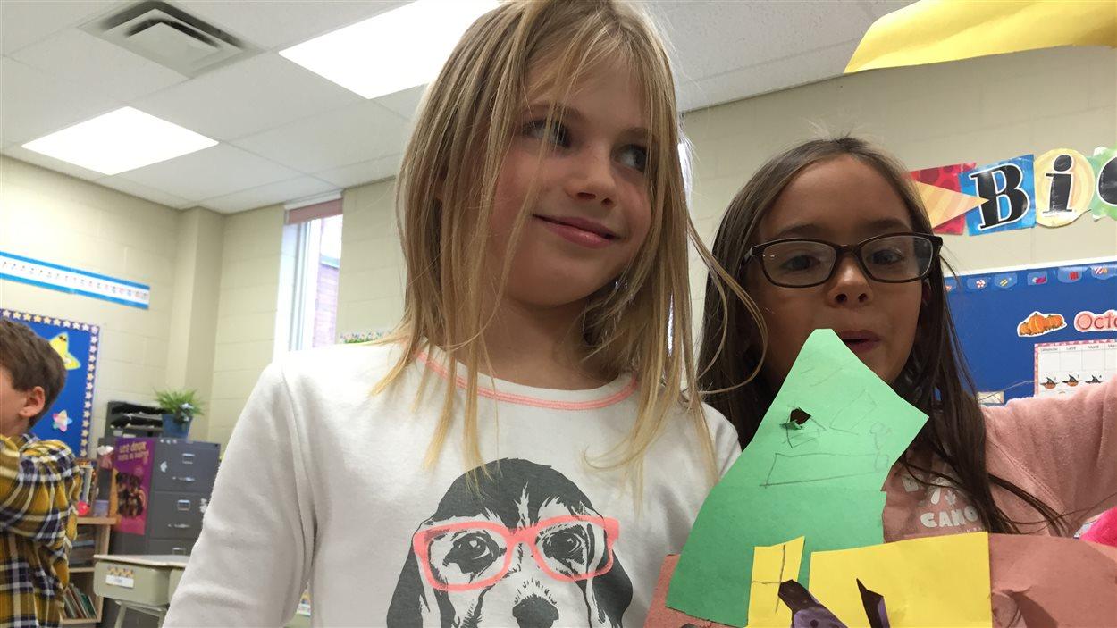 Des élèves de l'École publique Foyer-Jeunesse montre leurs bricolages, une maison pour Capot l'ourson!