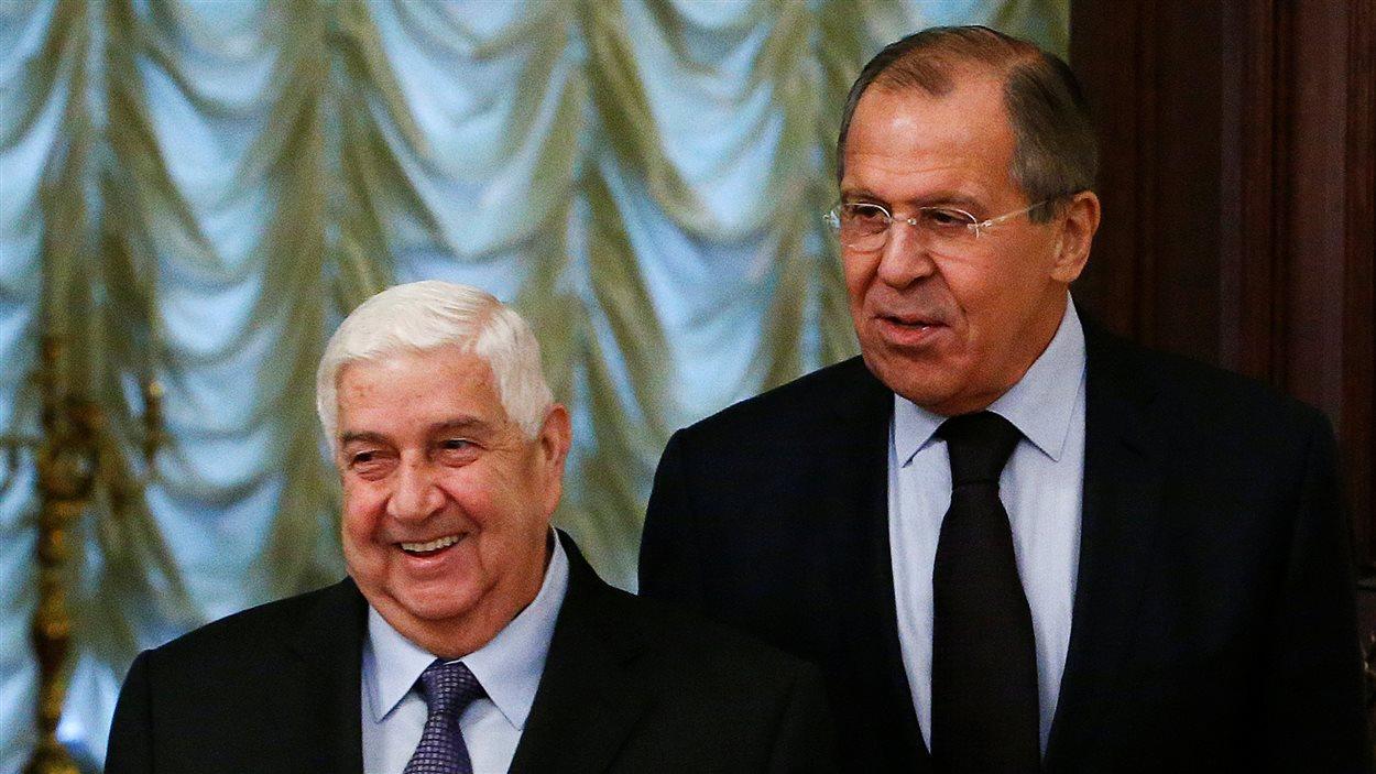 Le ministre russe des Affaires étrangères, Sergueï Lavrov (à droite), en compagnie de son homologue syrien, Walid Mouallem.