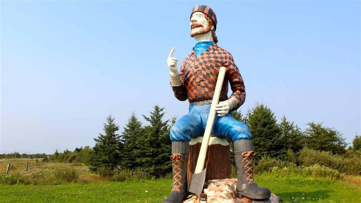 Photo d'une statue d'un bucheron
