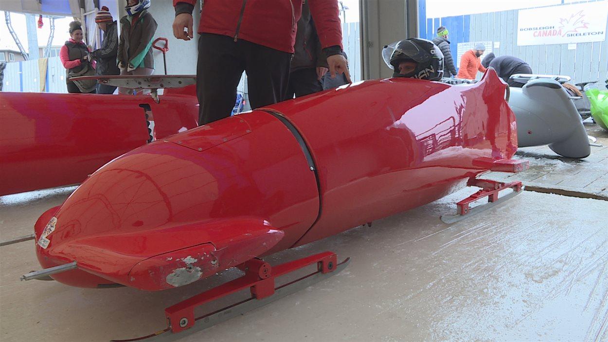 Une seule personne peut embarquer dans un para bobsleigh.