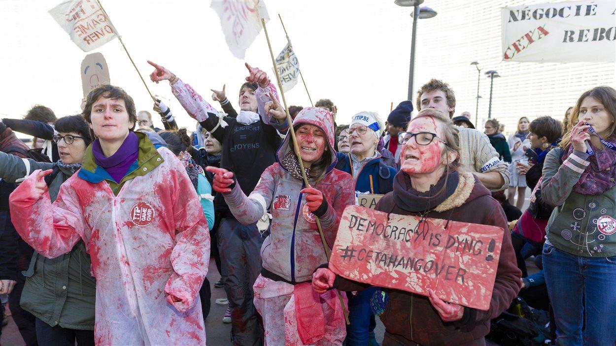 Des manifestants devant le siège du Conseil de l'UE