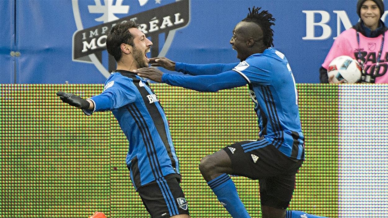 Matteo Mancosu et Dominic Oduro célèbrent le but de Mancosu
