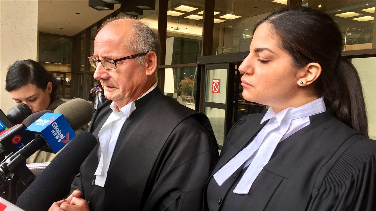 Les procureurs de la Couronne Ashley Finlayson et Eman Joumaa parlent à des journalistes devant le tribunal à Edmonton