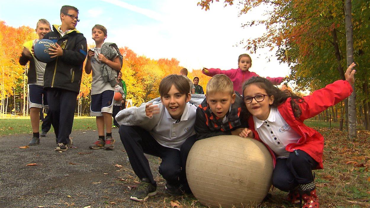 Des jeunes jouent dans la cour d'école