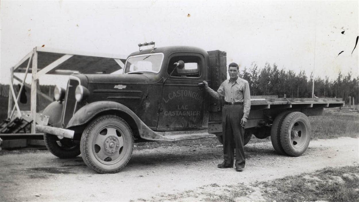 Laurent Castonguay devant son camion, Lac Castagnier, date inconnue