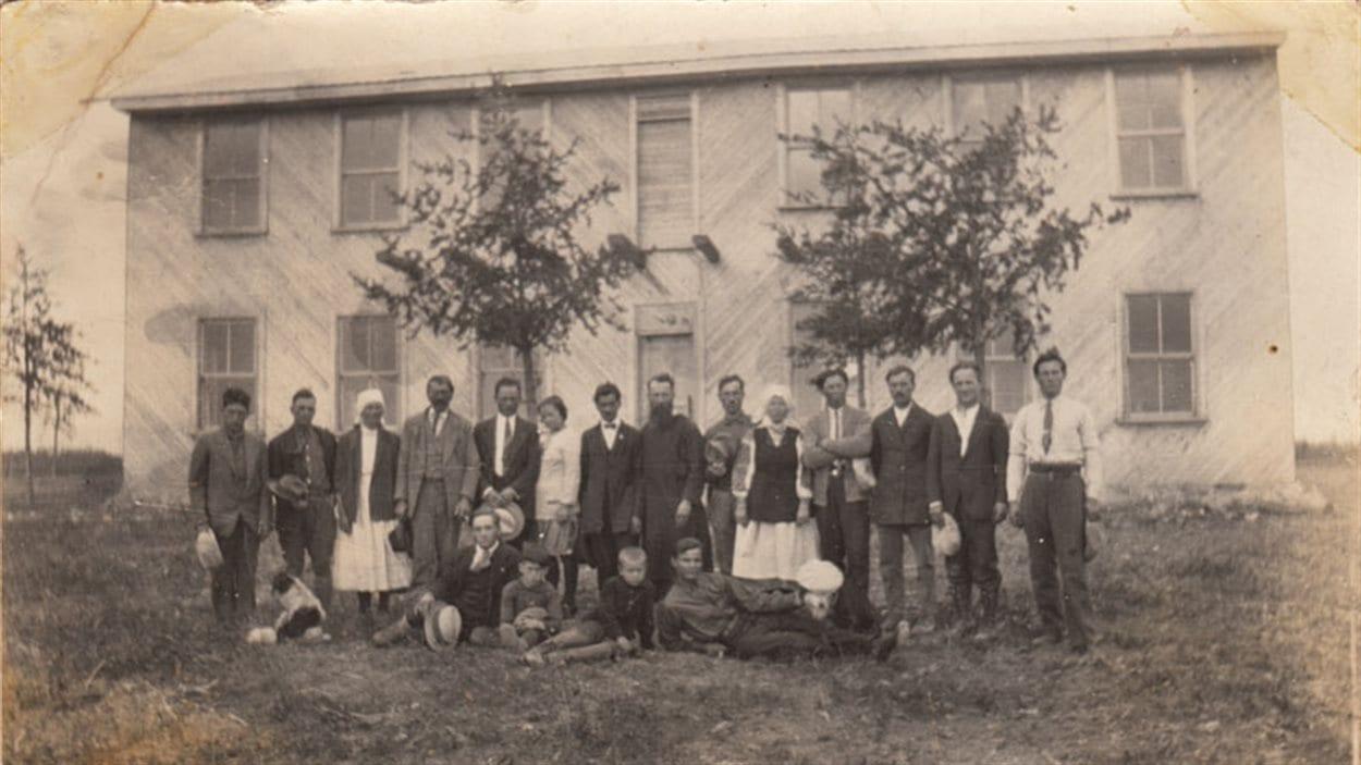 Le père Josaphat Jean et un groupe d'Ukrainiens devant le monastère de lac Castagnier vers 1935