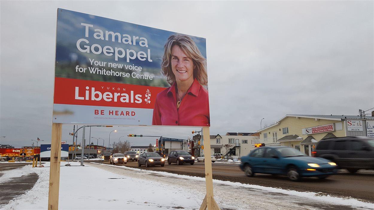 Un panneau de la candidate du Parti libéral du Yukon, Tamara Geoppel