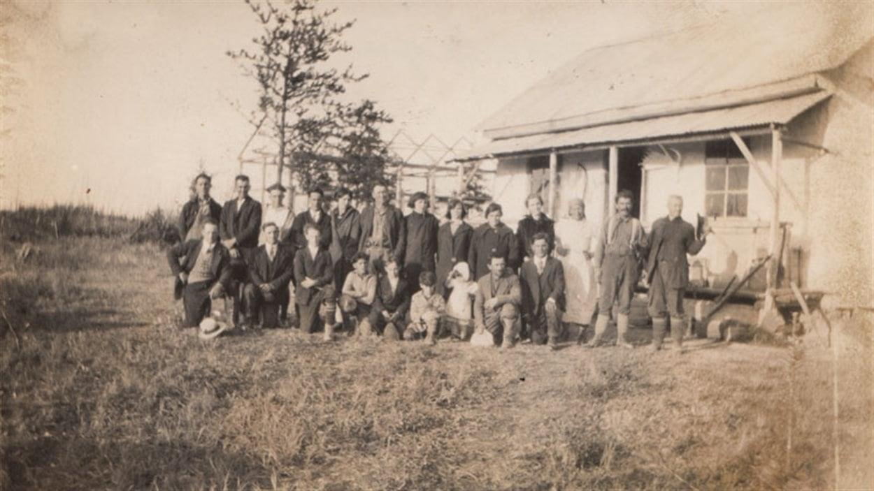 Groupe d'Ukrainiens devant la maison familiale Sup à Lac Castagnier vers 1937