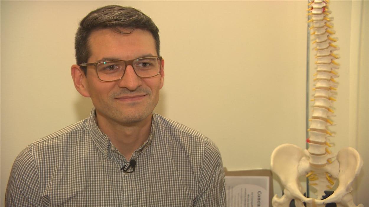 Gilles Noël termine ses études en ostéopathie.