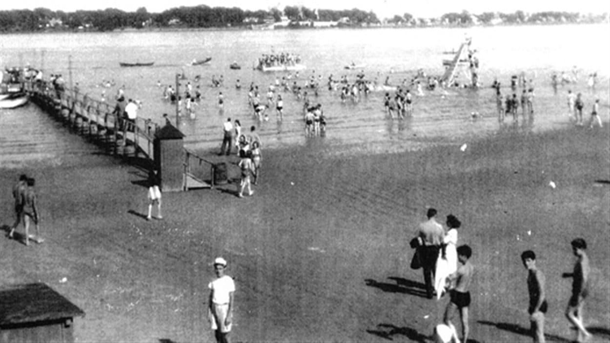 La plage Bissonnette sur l'île Sainte-Thérèse, vers 1950