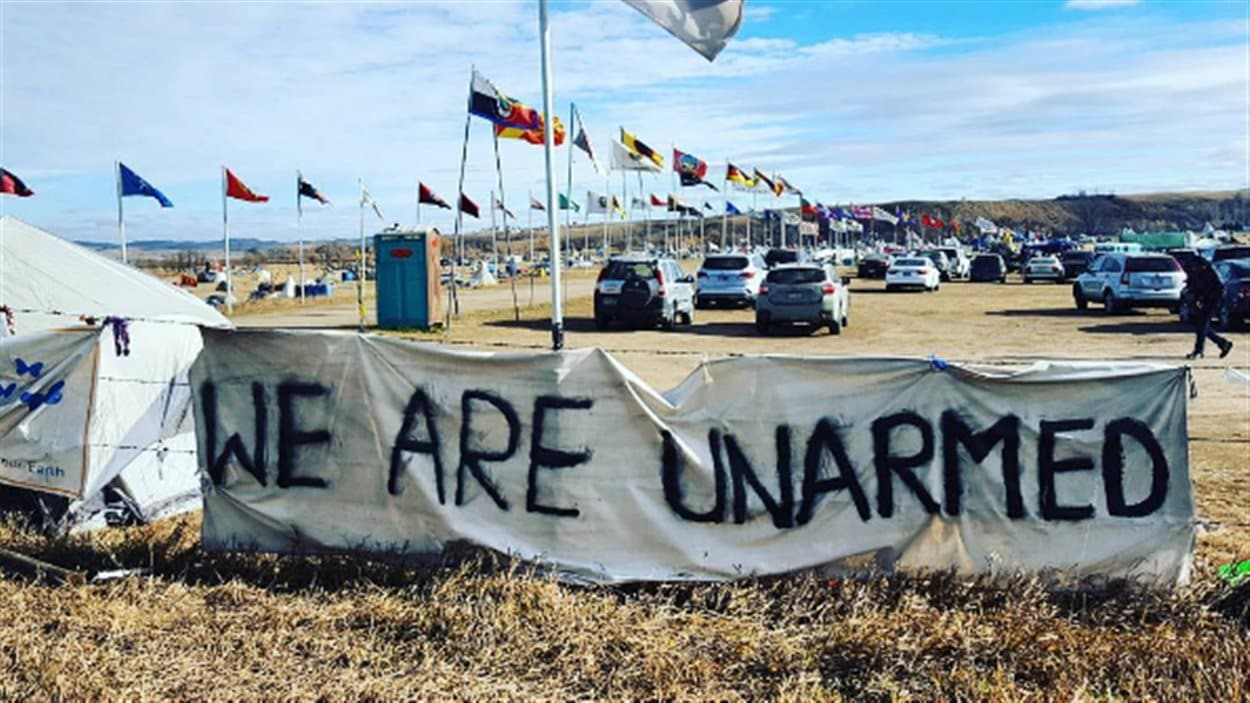 Le camp de manifestants à Standing Rock, dans le Dakota du Nord. Une affiche indique «nous ne sommes pas armés».