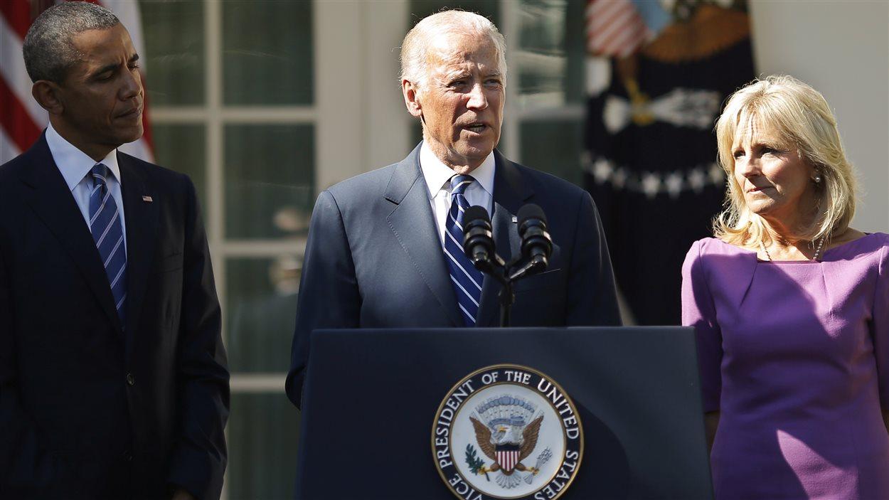 Entouré du président Obama et de son épouse, Jill Biden, le vice-président américain, Joe Biden, annonce qu'il ne briguera pas la présidence.