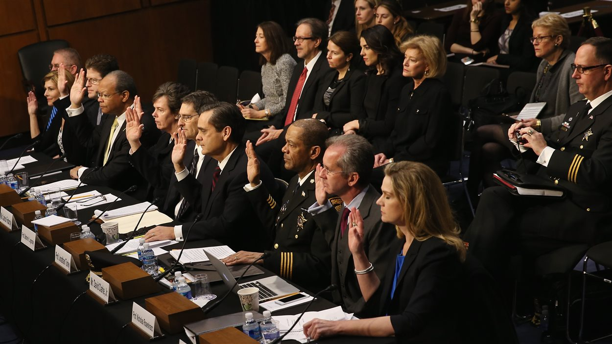 Des témoins lèvent leur main pour jurer