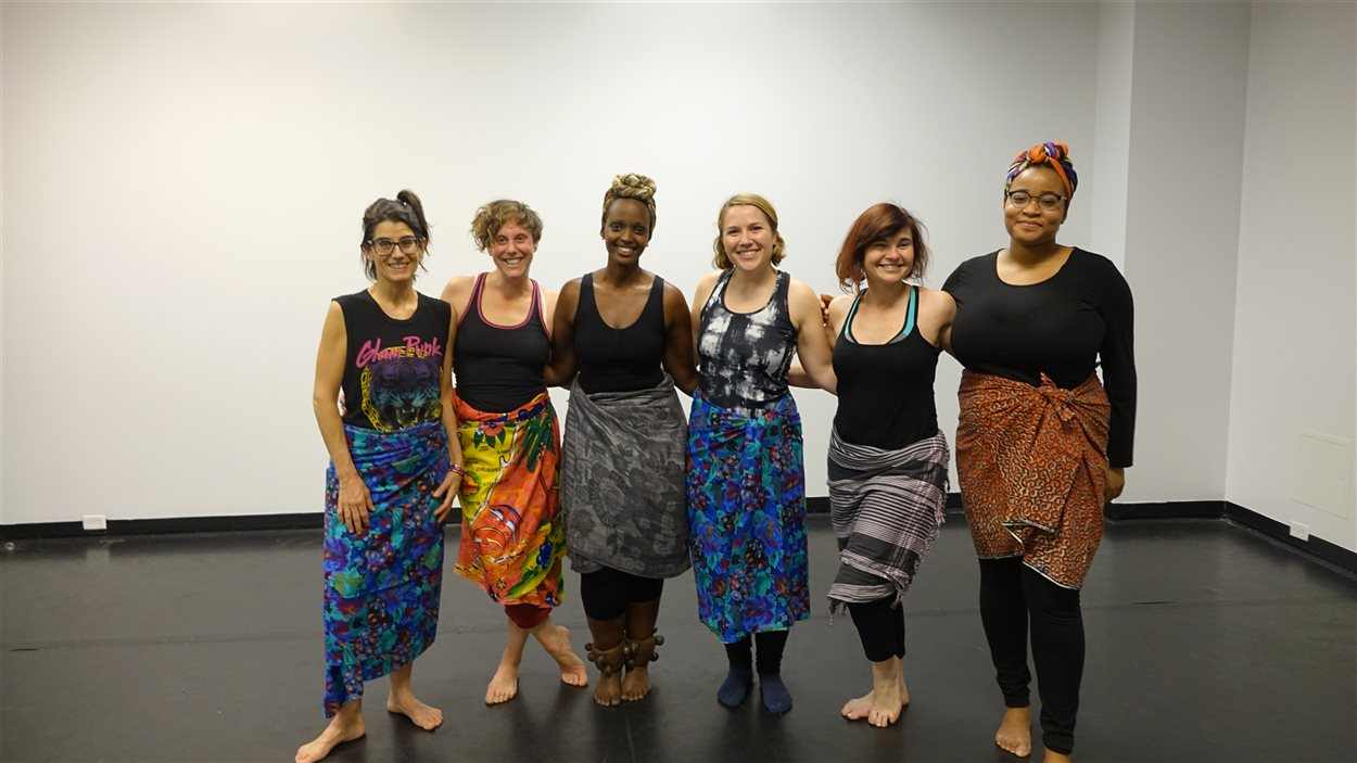 Leila Butoyi et les participantes du cours de danse burundaise.