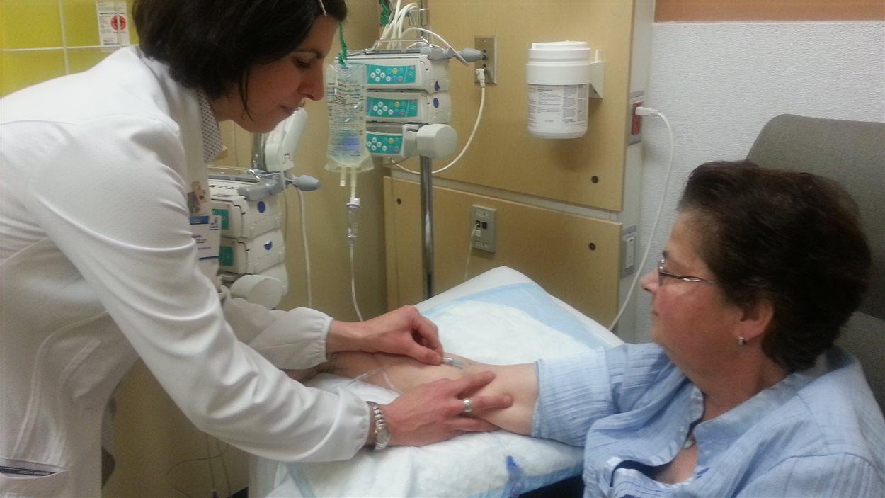 Une patiente du CHU de Québec lors d'un traitement d'immunothérapie