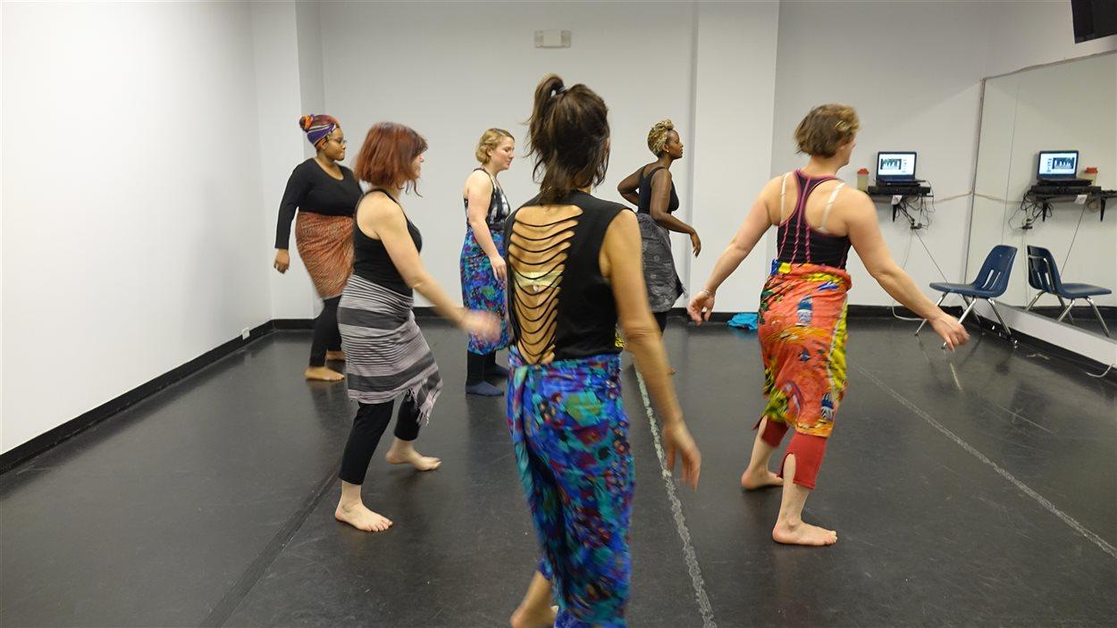 Les participantes apprennent les mouvements de danse burundaise.