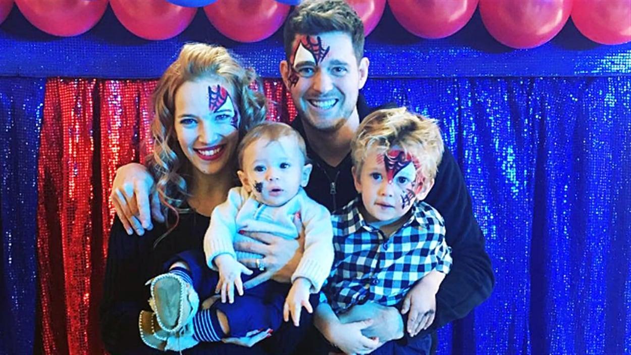 Michael Bublé avec son épouse Luisana Lopilato et ses fils Elias et Noah