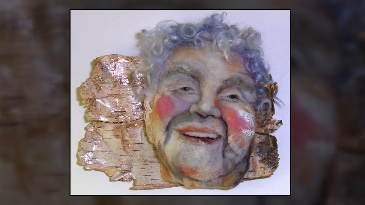 Rose Alba,  sculpture en laine sur de l'écorce de bouleau