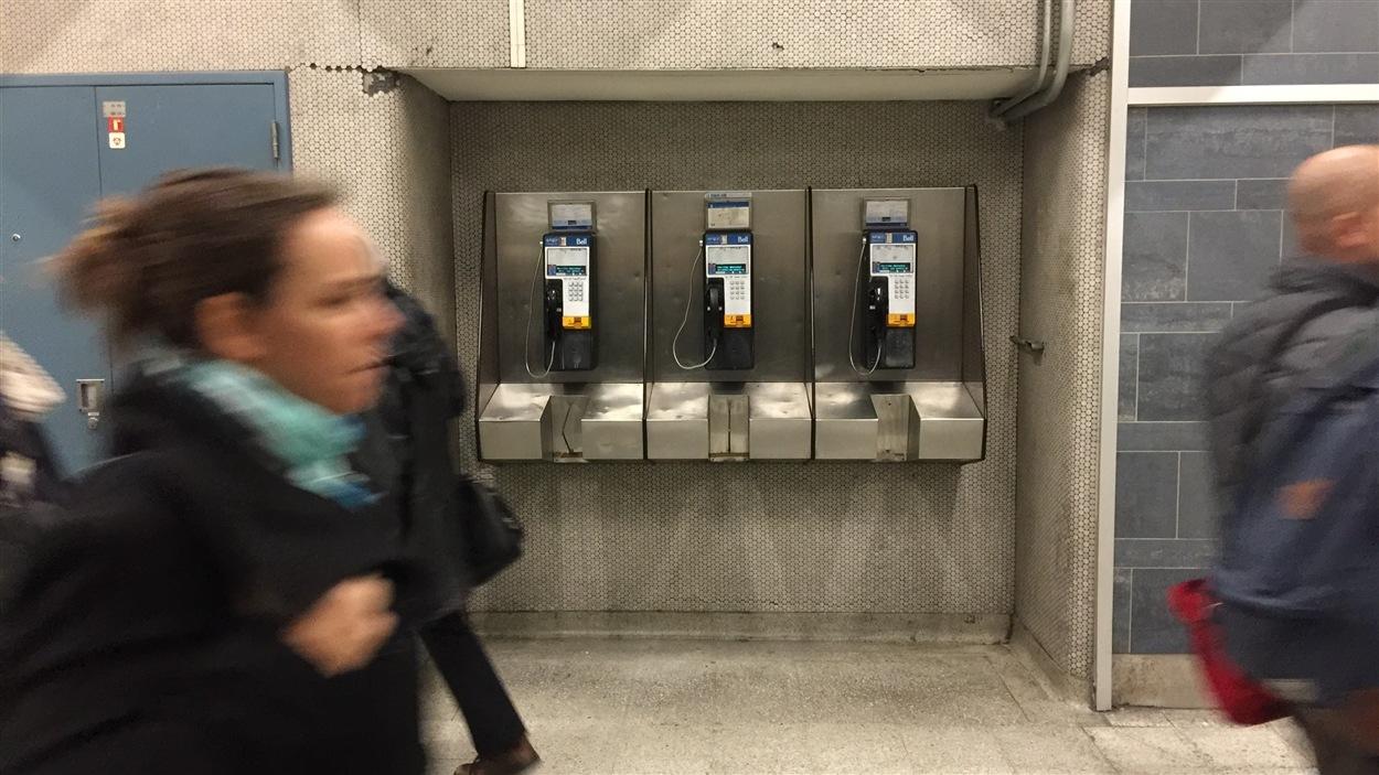 Des cabines téléphoniques dans le métro de Montréal.