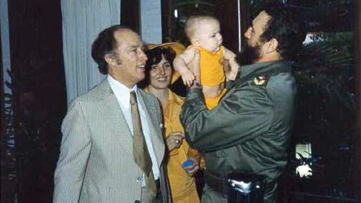 Fidel Castro prend dans ses bras Michel Trudeau, fils du premier ministre Pierre Elliott Trudeau, en janvier 1976.