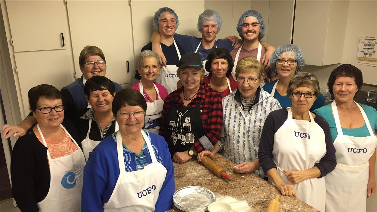 Les tourtières se font dans la bonne humeur, avec ce groupe de bénévoles de l'UCFO.