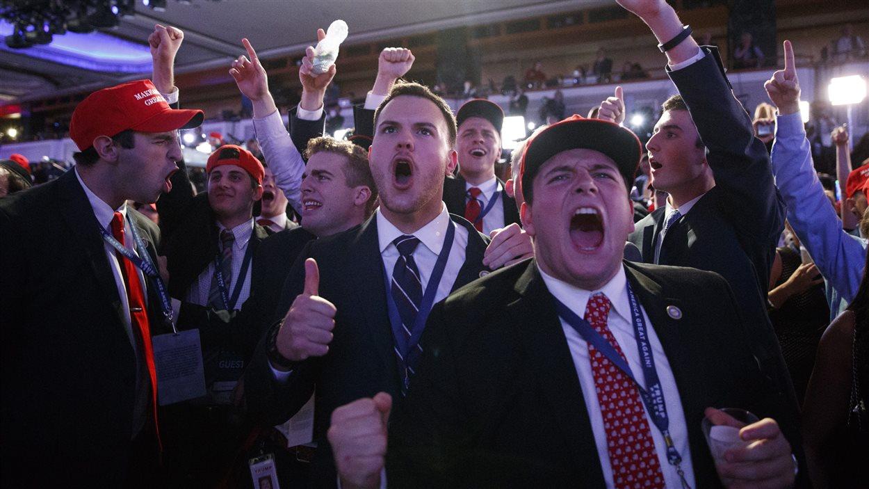 Des partisans de Donald Trump célèbrent la victoire de leur candidat lors d'un rassemblement à New York.