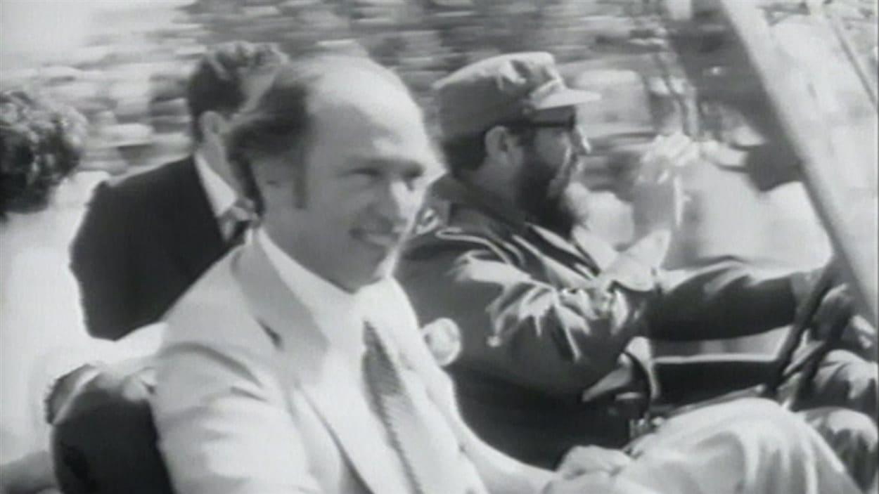 Pierre Elliott Trudeau et son épouse Margaret Sinclair dans la jeep conduite par Fidel Castro en janvier 1976.
