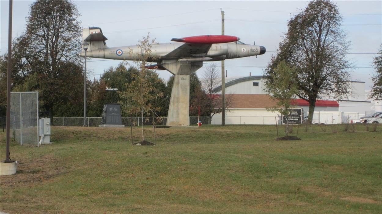 Cet avion témoigne du passé de la base...
