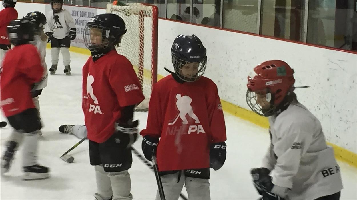 De jeunes hockeyeurs du programme créé par Joé Juneau