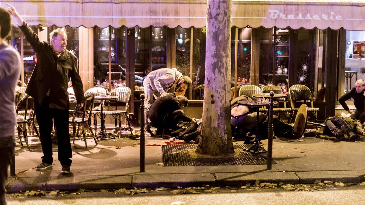 Des blessés sur la terrasse du café Bonne bière, à Paris, le 13 novembre 2015