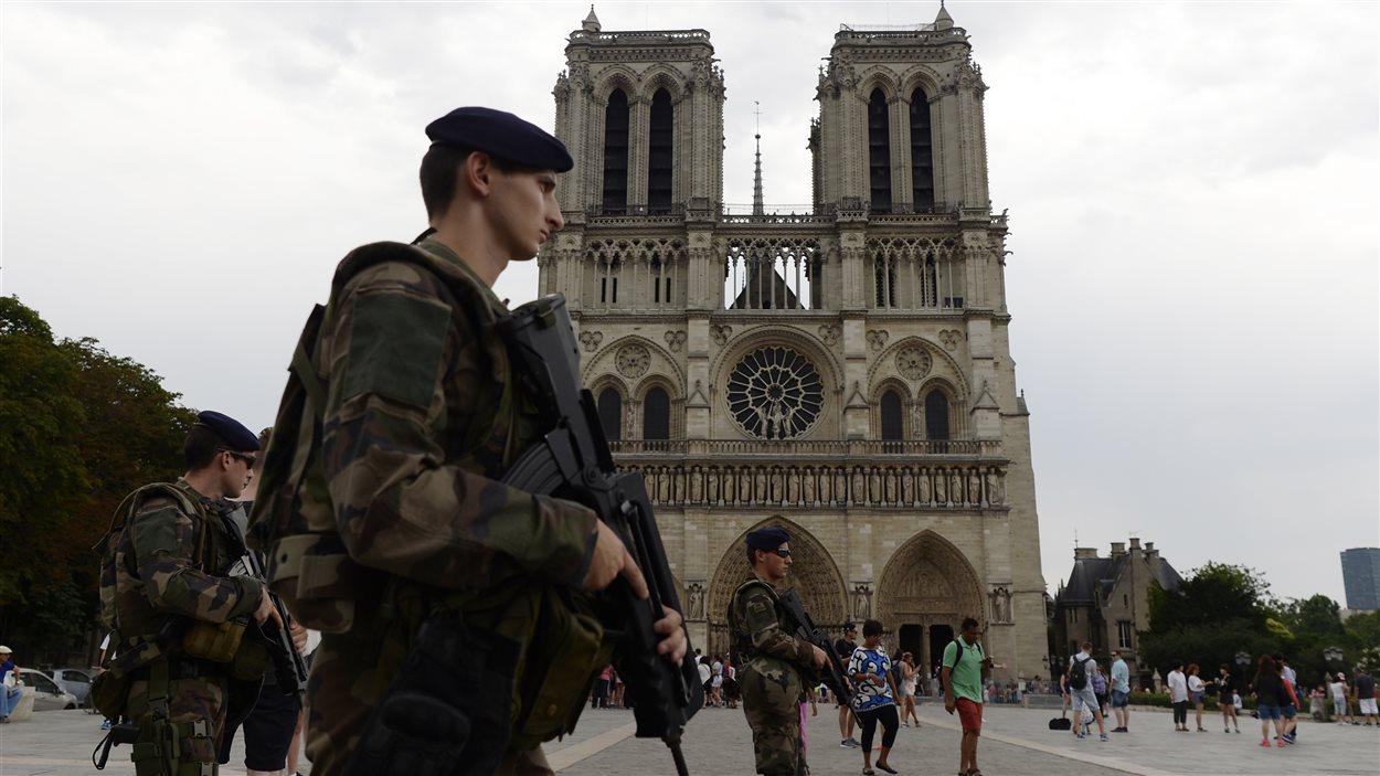 Des soldats armés devant la cathédrale