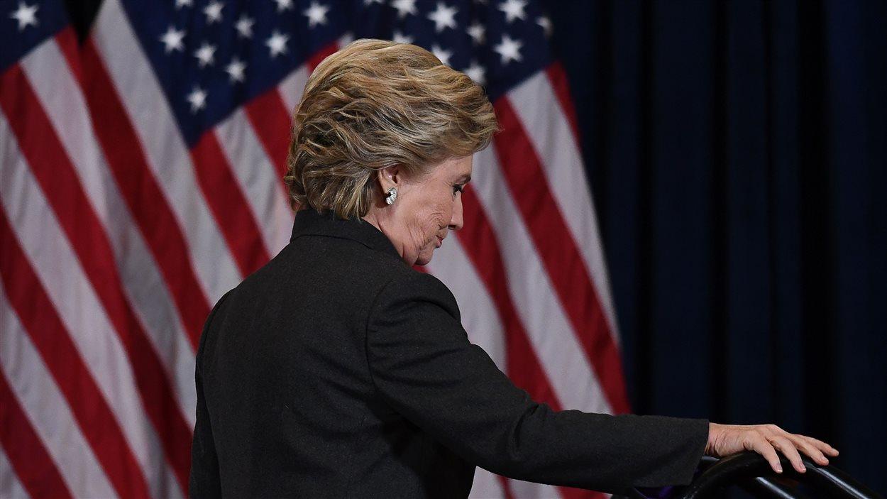 Hillary Clinton quitte la scène après son discours de défaite, le 9 novembre 2016.