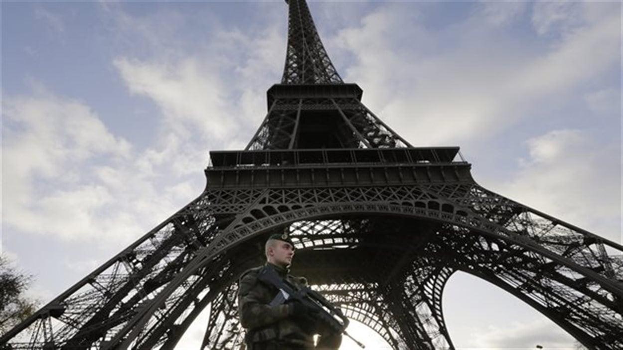 Un soldat français monte la garde au pied de la Tour Eiffel deux jours après l'attentat du Bataclan.
