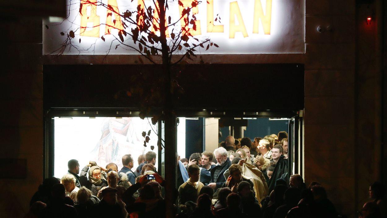 Les gens quittent la salle de concert du Bataclan après le concert de Sting, samedi soir.