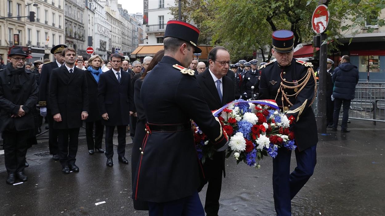 Le président français François Hollande lance les commémorations du 13 novembre 2015.