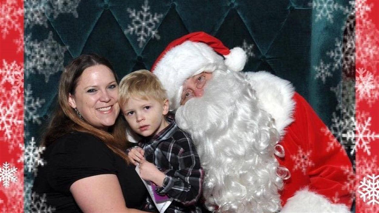 Un enfant autiste rencontre le Père-Noël à la Place Champlain.