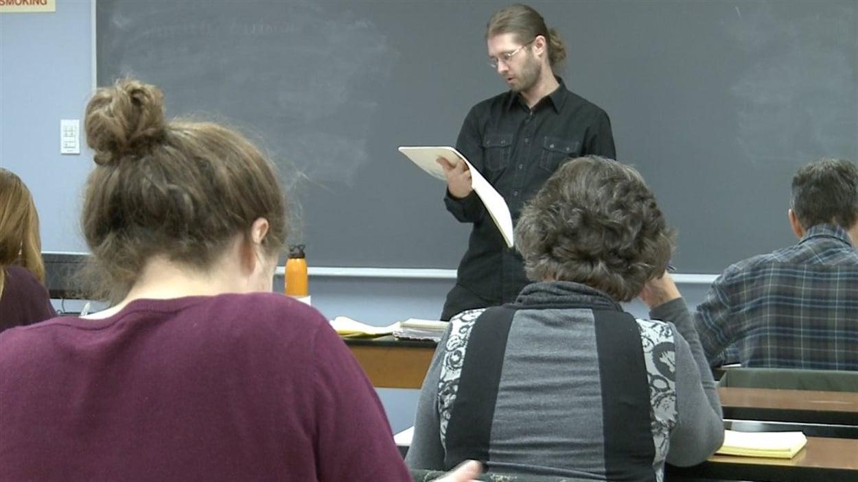 Montréal autochtone donne des cours en 6 langues autochtones, dont l'abénaquis, une langue pratiquement disparue.