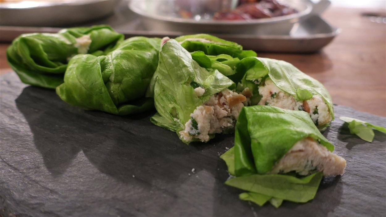 Sandwichs au fromage ricotta et aux dattes séchées, enroulés dans des feuilles de laitue