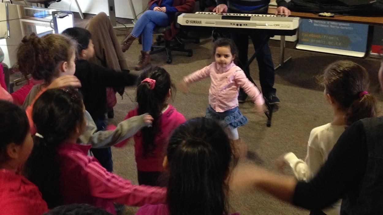 Enfants syriens qui dansent et chantent.