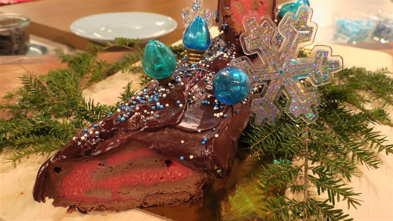 Une bûche de Noël avec un glaçage au chocolat