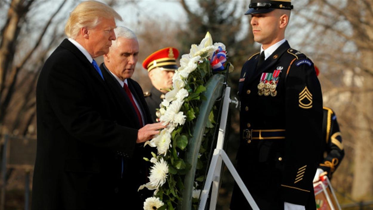 Donald Trump à la tombe du soldat inconnu, à Washington, la veille de son assermentation, en compagnie du vice-président désigné, Mike Pence.