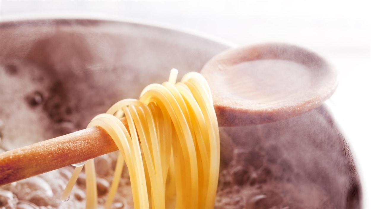 Selon Lesley Chesterman, le fait de cuire les pâtes alimentaires dans une quantité insuffisante d'eau constitue une mauvaise habitude à corriger.