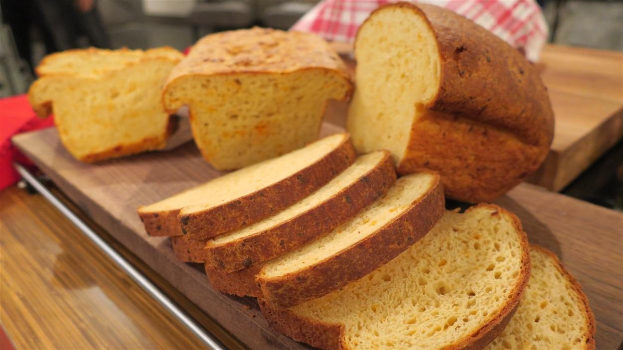 Un pain au fromage coupé en tranches